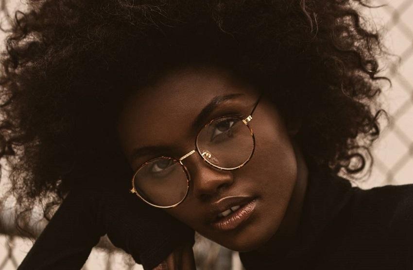 femme noire cheveux naturels